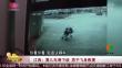 江西:婴儿车滑下坡 男子飞身救援