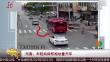 河南:年轻妈妈怀抱幼童开车