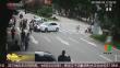 贵州:行人被卷车底 众人抬车救人