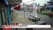 江苏:疯狂轿车撞断电线杆