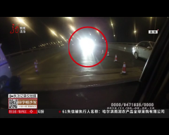 哈尔滨:连撞俩警车 驾驶员疯狂逃窜