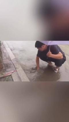 【视频】龙江好人,冒雨清理一条街的排水口