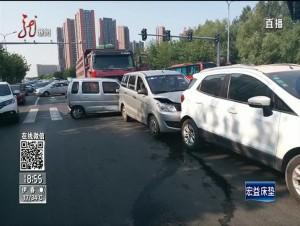 哈尔滨:大货闯祸 六车连撞