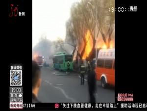 工地板材起火 牵连路边公交