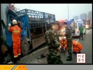 货车相撞司机被困 消防队员及时救援