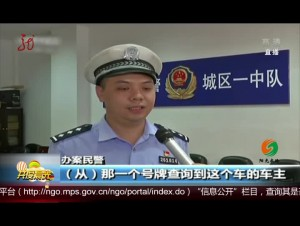 广东:男子用脚开车 网上炫耀被查