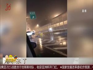 """上海:小轿车""""骑""""上高架隔离栏 醉驾司机被警方控制"""