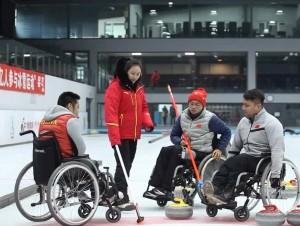 用坚强意志书写辉煌人生 中国轮椅冰壶队哈尔滨籍教练员运动员:让奖牌颜色定格为金色