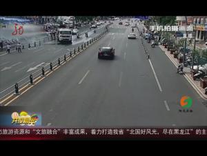 安徽:沿街商铺着火 洒水车变身消防车