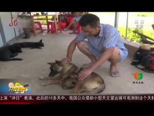 """江西:受伤小猕猴进村 村民当起""""奶爸"""""""