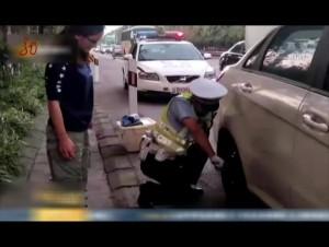 重庆:交巡警帮换备胎 小小举动暖人心