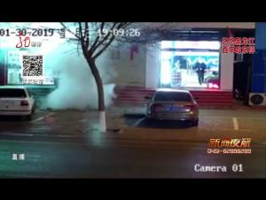 夜航警事:井盖内扔鞭炮 引爆沼气致重伤