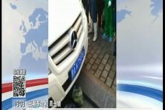 哈尔滨:老人学生被撞倒 路人的哥合力救助