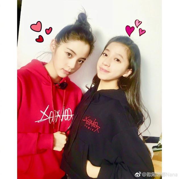 照片中,姐妹俩身穿红黑姐妹装,一脸素颜皮肤水嫩,清纯漂亮,亲密的紧
