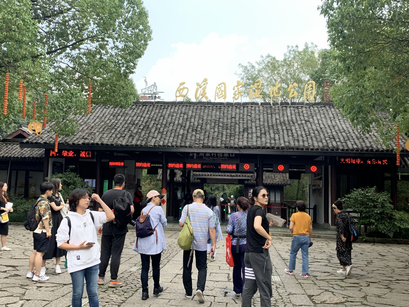 杭州市西溪国家湿地公园门前游客络绎不绝。(央视网 郑芳 摄)