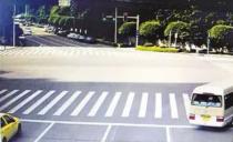 黄灯亮时车在路中间 走还是不走?交警这样解答单黄实线的作用是分隔双向车道,禁止车辆越线行驶。其通常施划在车道较少的非主干道上。