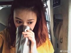 陈意涵啤酒当饮料喝 脸颊微红少女感爆棚
