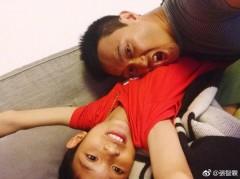 强台风袭港 张智霖躲家中和儿子享受父子时光