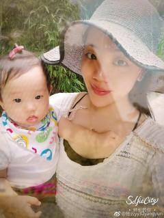 杨云女儿发现被偷拍立即变脸 网友:影后般的演技