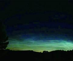 23日漠河北极村现罕见夜光云