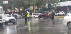 雨中护航! 哈尔滨出动1200名交警,全力确保道路畅通!