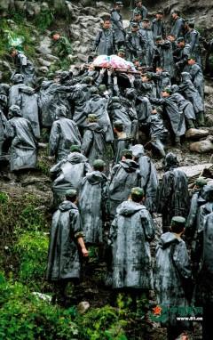 汶川地震12年丨12張圖回望那些逆行的軍人身影