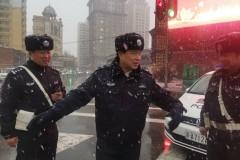 清明时节雨雪纷至路面预警 冰城交警5点上路护守安全