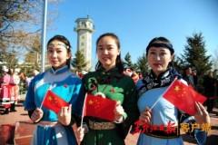献礼新中国成立70周年 抚远市民自发开展佩戴国旗徽章活动