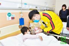 王铮亮河南公益行 用歌声传递爱的力量