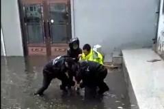 """网友""""捕捉""""暴雨中的交警 一场大雨感动一座城"""