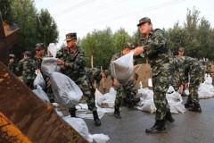哈尔滨:长江路现路面积水 武警官兵火速驰援