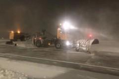 哈爾濱機場關閉十小時,緊急清理跑道積雪!