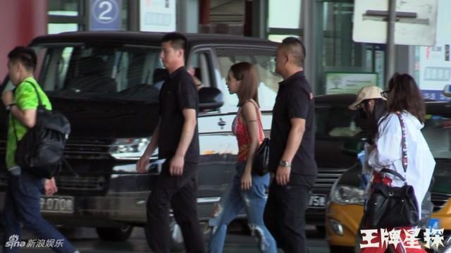 蔡依林穿紧身衣现身机场 网友:呸姐就是与众不同