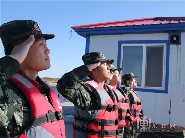 边防官兵高唱着《我爱你中国》,庆祝新中国第69个生日.王钊 摄