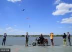 哈尔滨天蓝云白天气好 市民扎堆到江边游玩
