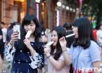 哈尔滨气温连续超过30度 姑娘穿夏装吃冷饮享清凉