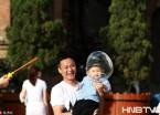 哈尔滨:彩色泡泡天空飞扬 孩子们享受童年的快乐