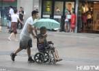 哈尔滨小伙为老人撑伞自己被淋湿(组图)