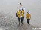 """哈尔滨""""黄衣""""志愿者义务捡拾江畔垃圾(组图)"""