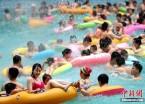 黑龙江持续高温天气 大批民众戏水觅清凉(组图)