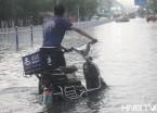 哈尔滨暴雨 送餐小哥街头奔波