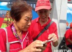 哈尔滨现老年志愿队伍为游客引路 最大年龄90多岁(组图)
