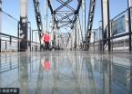 哈尔滨铁路桥改景观桥 市民走玻璃栈道观松江美景(组图)