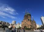 哈尔滨秋高气爽 索菲亚教堂旁美女扎堆白鸽飞翔 (组图)