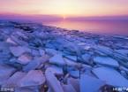 鸡西一湖畔进入封冻期 隆起冰块晶莹剔透(组图)