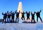 哈尔滨:30米高冰壳冰塔亮相国际冰雪建造节(组图)