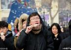 哈尔滨气温零下二十度 游客为吃冰棍排长队(组图)