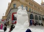 哈尔滨百年老街又添新雪雕 吸引众多游客观赏(组图)