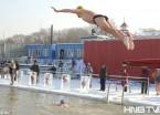 哈尔滨:零下30摄氏度 冬泳健儿挑战极寒天气(组图)