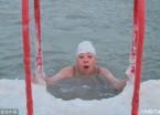 哈尔滨:零下30℃ 冬泳爱好者游完身上挂满白霜(组图)